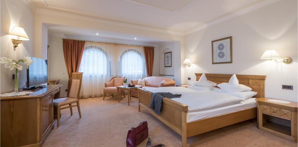 hotel-stafler-juniorsuite-bett-niederkofler
